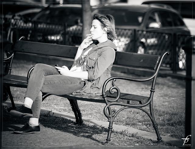 kouřící žena
