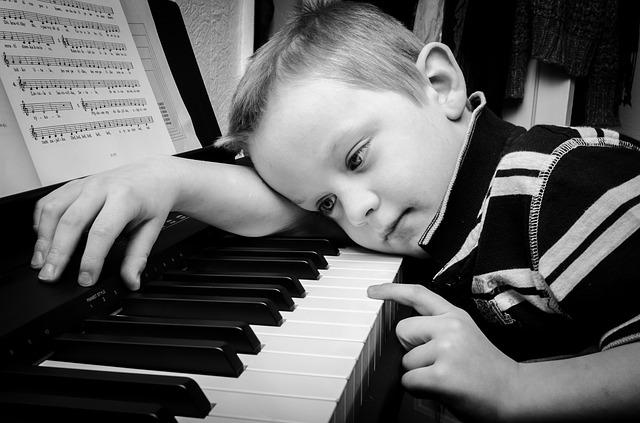 chlapeček s pianem