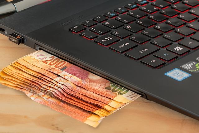bankovky z boku pc