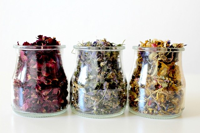sušené květiny ve sklenicích