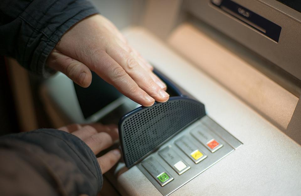použití bankomatu