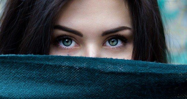 výrazné oči